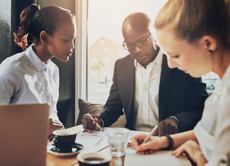 profesionistas: Grupo serio de empresarios que trabajen, etnia múltiples, negocio, empresario, puesta en marcha concepto