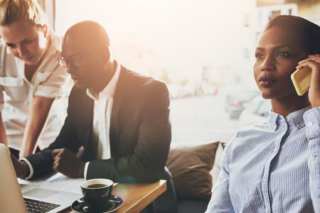 jovenes empresarios: Grupo de hombres de negocios étnicos de trabajo, los jóvenes empresarios, multi étnico.
