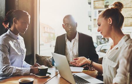 liderazgo empresarial: Grupo de hombres de negocios multi étnica en una reunión, el concepto de empresario de la pequeña empresa