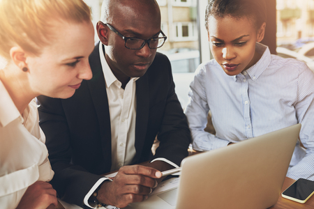 Multi-etnische mensen uit het bedrijfsleven werken op kantoor zit achter een laptop, zwarte zakenvrouw, wit zakelijke vrouw