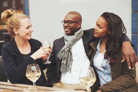 카페 멀티 인종 우정에서 대화를 나누는 친구 스톡 콘텐츠