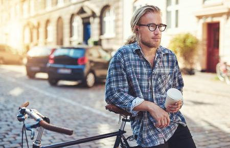 Durchdachter Mann in der Stadt auf dem Fahrrad sitzt. Stadt Lebensstil