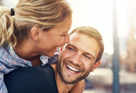 riendo: Primer plano, Pareja cariñosa, mujer y hombre rubio hermoso