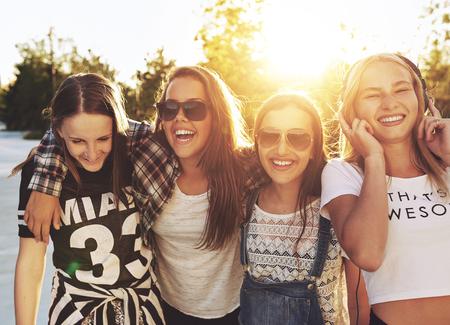 colegios: Las adolescentes que ríen y caminando en una línea de