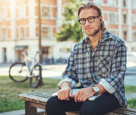 ragazze bionde: imprenditore riflessivo, ritratto di uomo bianco con il portatile seduto fuori