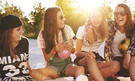 Gruppo di freinds divertirsi e parlare mentre seduto fuori