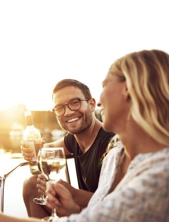 Paar vieren met een glas wijn