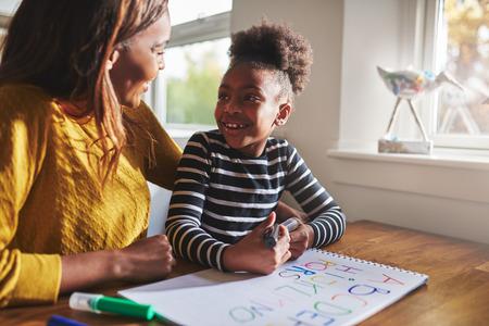 Kleine zwarte meid leren rekenen voor de basisschool