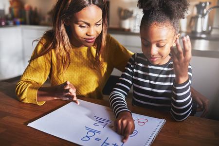 Mutter und Tochter Lernen machen Hausaufgaben zu berechnen