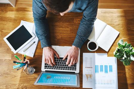 사무실 책상, 비즈니스 성공 개념에서 노트북에서 작동하는 남자의 높은보기