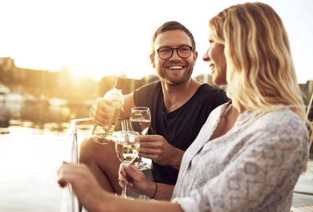Mann und Frau trinkt Wein außerhalb einem Sommer-Tag