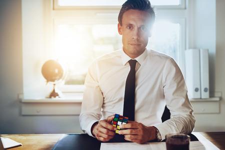uomo d'affari di successo risolvere i problemi alla scrivania, consulente e il concetto di successo