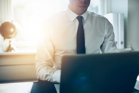 Close-up van de zakenman werken op laptop, wit overhemd en stropdas business concept