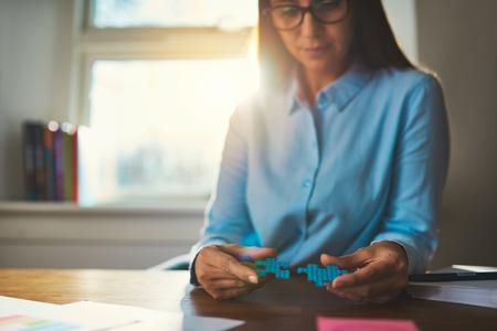 ビジネスの女性のパズルを接続の成功の概念の手のクローズ アップ