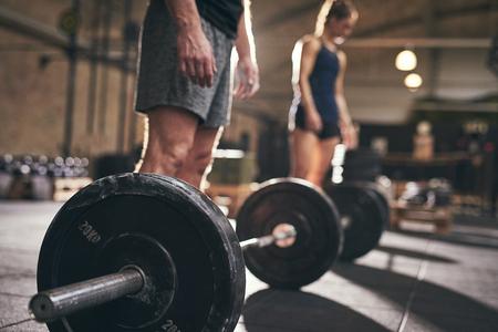 Ajustez les personnes debout aux barbells avant l'exercice. Prise horizontale à l'intérieur Banque d'images - 69296017