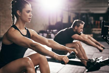 スポーツの男性と女性のジムで有酸素運動トレーニングを行うこと。水平室内撮影