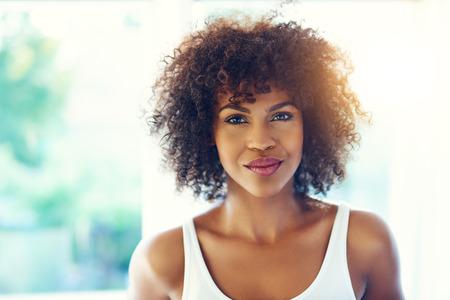 Upper portrait corps détendu jeune femme noire avec des cheveux crépus en plein soleil