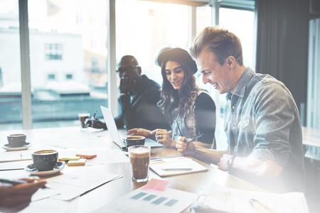 행복 한 미소로 노트북 및 서류 작업 앉아 높은 키 office에서 다양 한 multiracial 젊은 비즈니스 팀 스톡 콘텐츠