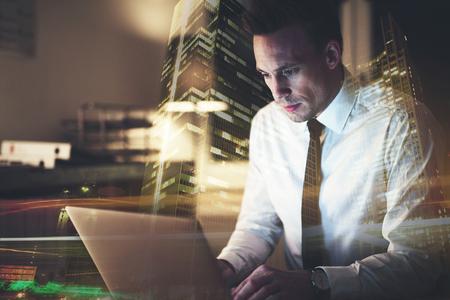 Geschäftsmann, der an seinem Schreibtisch arbeitet an einem Computer sitzt und konzentriert schaut Standard-Bild - 73252891