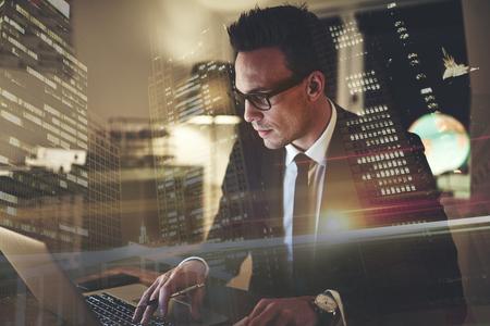 Sluit omhoog van de uitvoerende bedrijfsmens met geconcentreerd laptop werken, grote stad op achtergrond