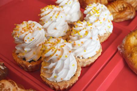 Kiss cake, meringue ligt op het bord en wordt te koop aangeboden.