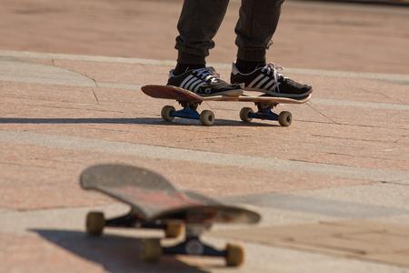 L'adolescente ha preparato te stesso come skateboard. È molto diligente e persistente. Il giovane ha strappato le scarpe, imparando lo skateboard.