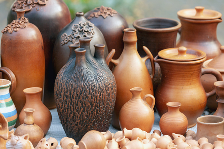 Various ceramic products from clay. Comfortable and functional with a different shape of brown clay for food and beverage products from clay. Outdoor photography Foto de archivo - 117204917