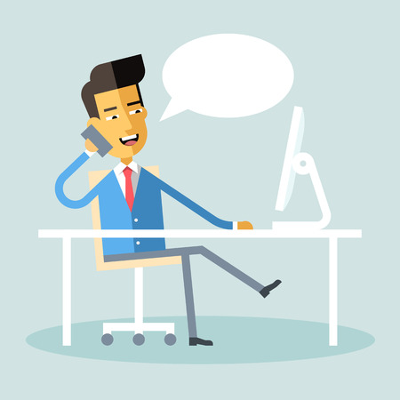 コンピューターと机に座って携帯電話で話して、フォーマルなスーツでハンサムなアジア マネージャー。漫画のキャラクター - アジア系のビジネス