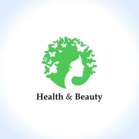 concept de la santé et la beauté: le visage et les papillons de la femme.