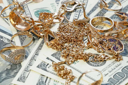 jewelry scrap of gold and silver and money, pawnshop Banque d'images