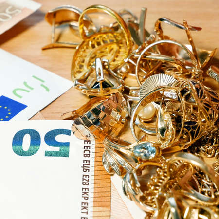 jewelry scrap of gold and silver and money, pawnshop concept, closeup 版權商用圖片