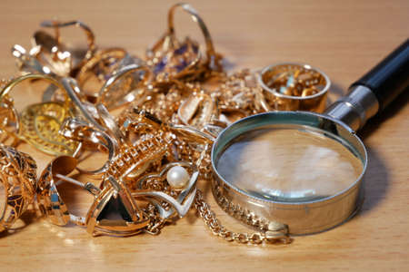 jewelry, pawn shop and buy and sell golden rings, necklace bracelet o wooden background, closeup Banque d'images