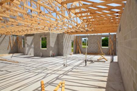 baustellen: Neubau, Zement-Block W�nde Holz Dachstuhl aus betrachtet im Inneren Lizenzfreie Bilder