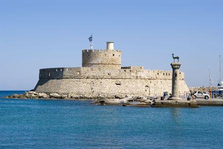 Gates Hafen und Leuchtturm St. Nikolaus in Rhodos, Griechenland. Es gibt auch zwei Bronze-Hirsche. Errichtet, wo wohl die berühmte Koloss von Rhodos verwendet zu stehen.