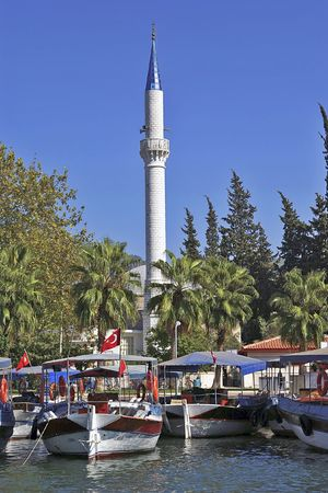 Boote und Moschee in Dalyan Kaunos, Türkei  Standard-Bild