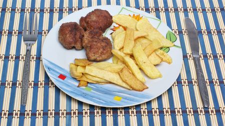 Albóndigas con patatas fritas en un plato Foto de archivo - 6486983