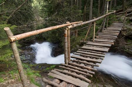 Hölzerne Brücke über den Fluss im Rhodopen-Mountain, Bulgarien  Standard-Bild