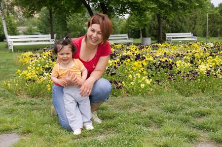 Mutter ihre Tochter in den Park zu halten