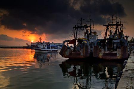 Schiffe auf Sonnenuntergang in Sozopol Harbour, Bulgarien