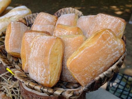 Fresh buns in a basket Standard-Bild