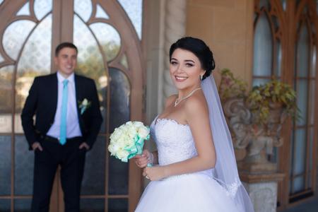 Stylish newlyweds posing against the retro door Standard-Bild