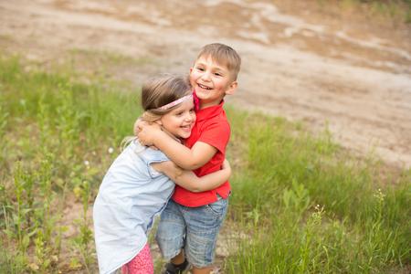 Legrační děti v letním parku