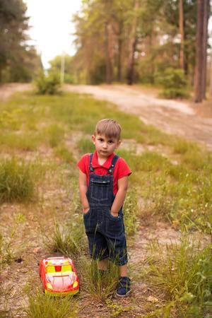A cute boy in a summer park Banque d'images