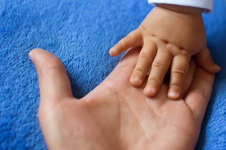 Hand of a child on a woman's palm Banque d'images