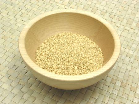 underlay: Solado de madera taz�n con amaranto en rattan