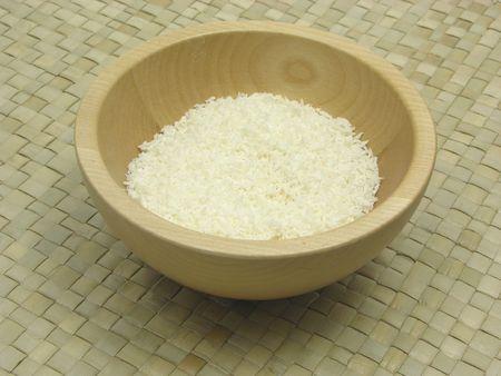 underlay: Bol de madera con copos de coco en el subsuelo de rat�n