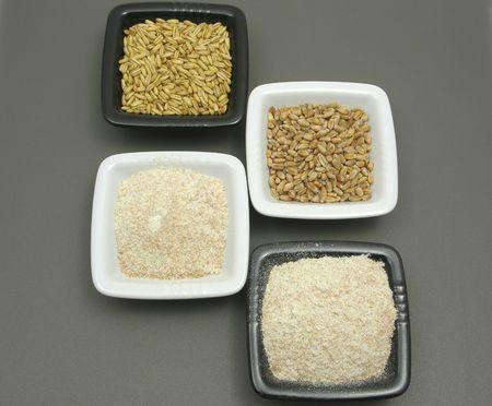 underlay: Cuencos de porcelana con cereales y integral sobre los halos de color gris  Foto de archivo