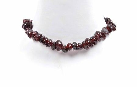 gemology: Splintered garnet chain on  neck Stock Photo