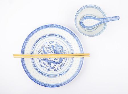 Asiatisches Geschirr mit Besteck
