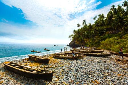 地元の人々 は、サントメの岩の多い海岸に行船をもたらします。